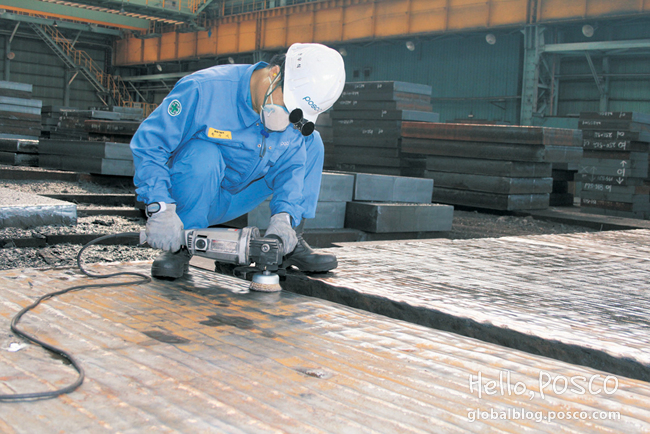 Han Woo-sik, of Material Quality Management Team, is removing scales at Pohang 4th Continuous Casting Area's Correction Yard