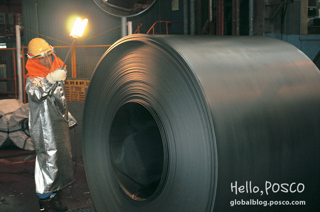 An employee at Gwangyang 2nd Wire Rod Factory checks flaws on 500℃ how coils