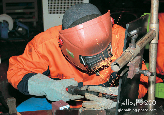 Kim Hyun-soo, Pohang Steelworks Main Maintenance Division, is operating a special welding in a mask and gloves