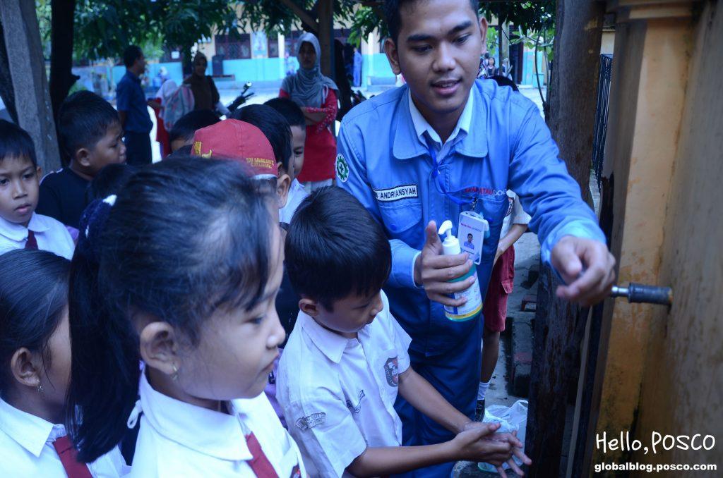 포스코 직원 봉사활동의 날_위생 교육 모습