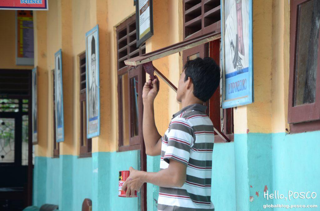 학교 개보수 공사 활동 모습(창문 수리)