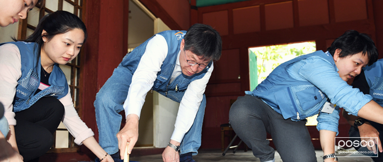 POSCO CEO Kwon Ohjoon visited Munmyo, the main temple for Korean Confucianism located in Seoul, to help replace traditional Korean paper known as Changhoji.