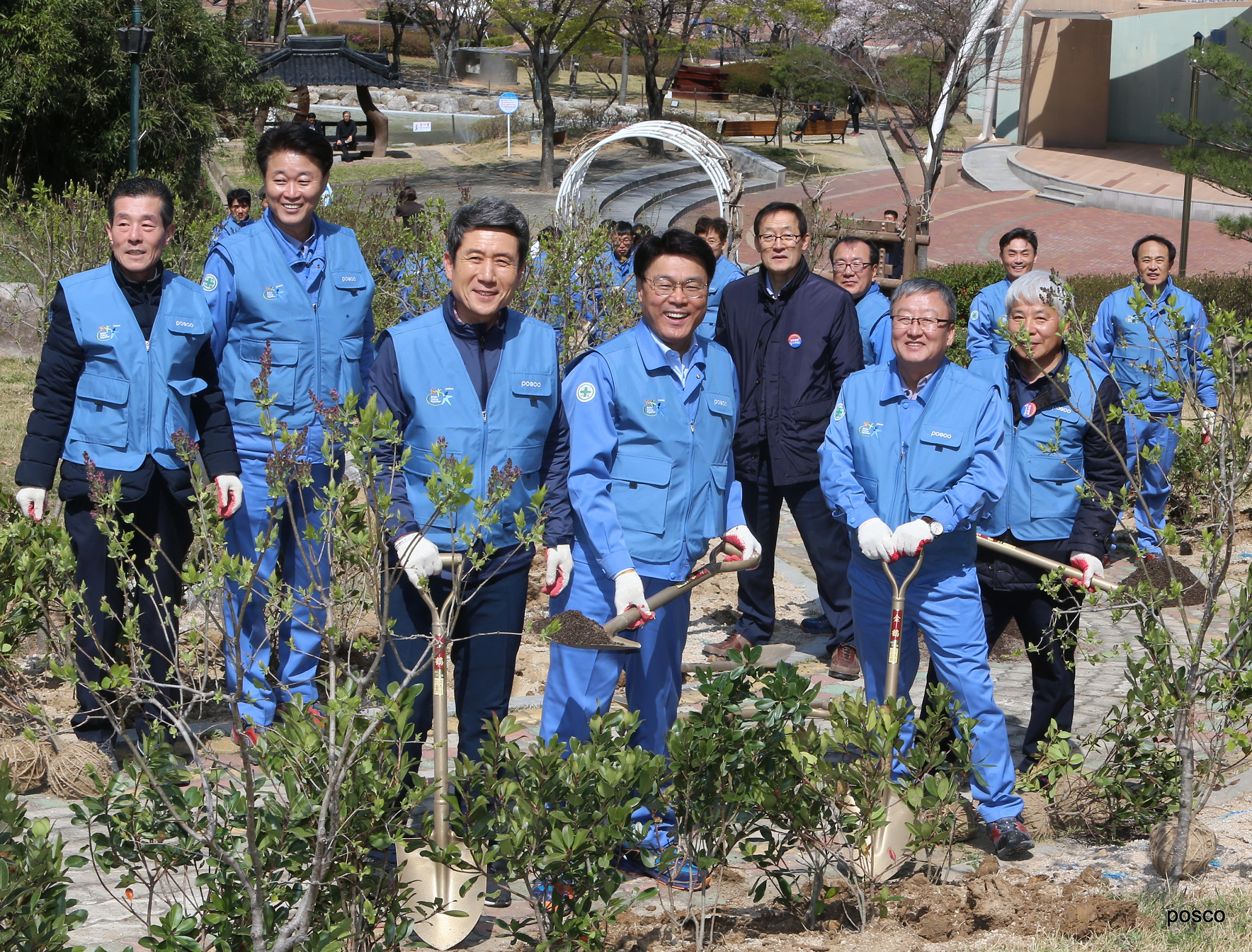 POSCO CEO Jeong-Woo Choi (fourth from the left) is planting trees on the company's Foundation Day, along with the Pohang Mayor Kang-Deok Lee (third from the left) and the POSCO employees.