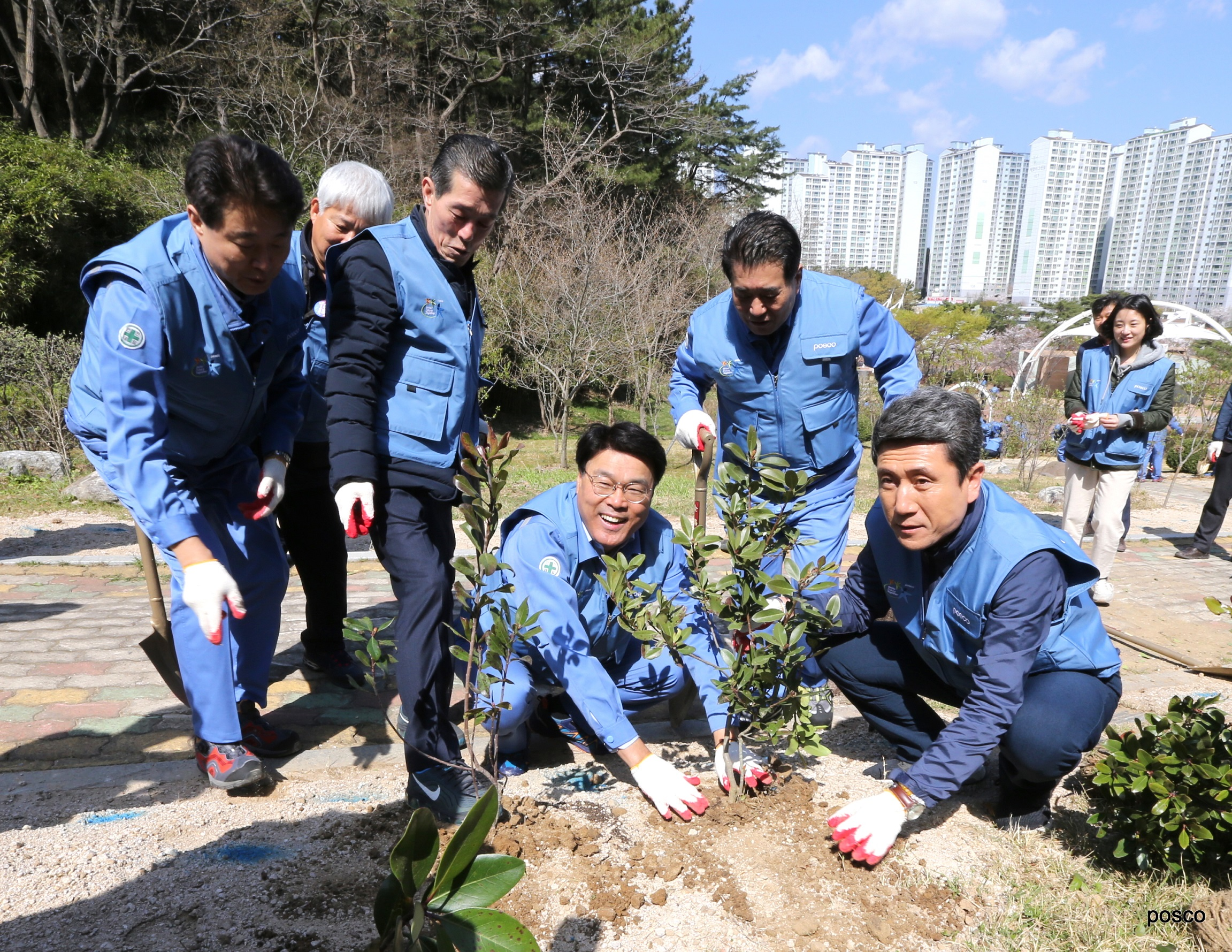POSCO CEO Jeong-Woo Choi (seated on the left) with the Pohang Mayor Kang-Deok Lee (far right) at tree-planting in Hwanho Park