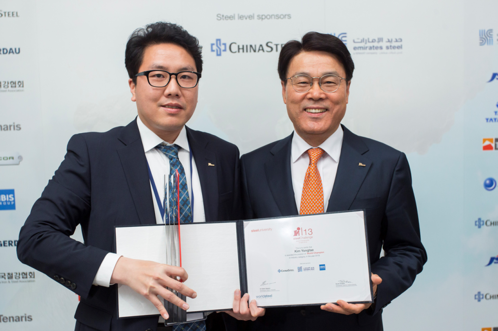 POSCO CEO Jeong-Woo Choi (right) pictured with the final winner of the world championship of the 13th steelChallenge, Yong-Tae Kim of Pohang Steelworks