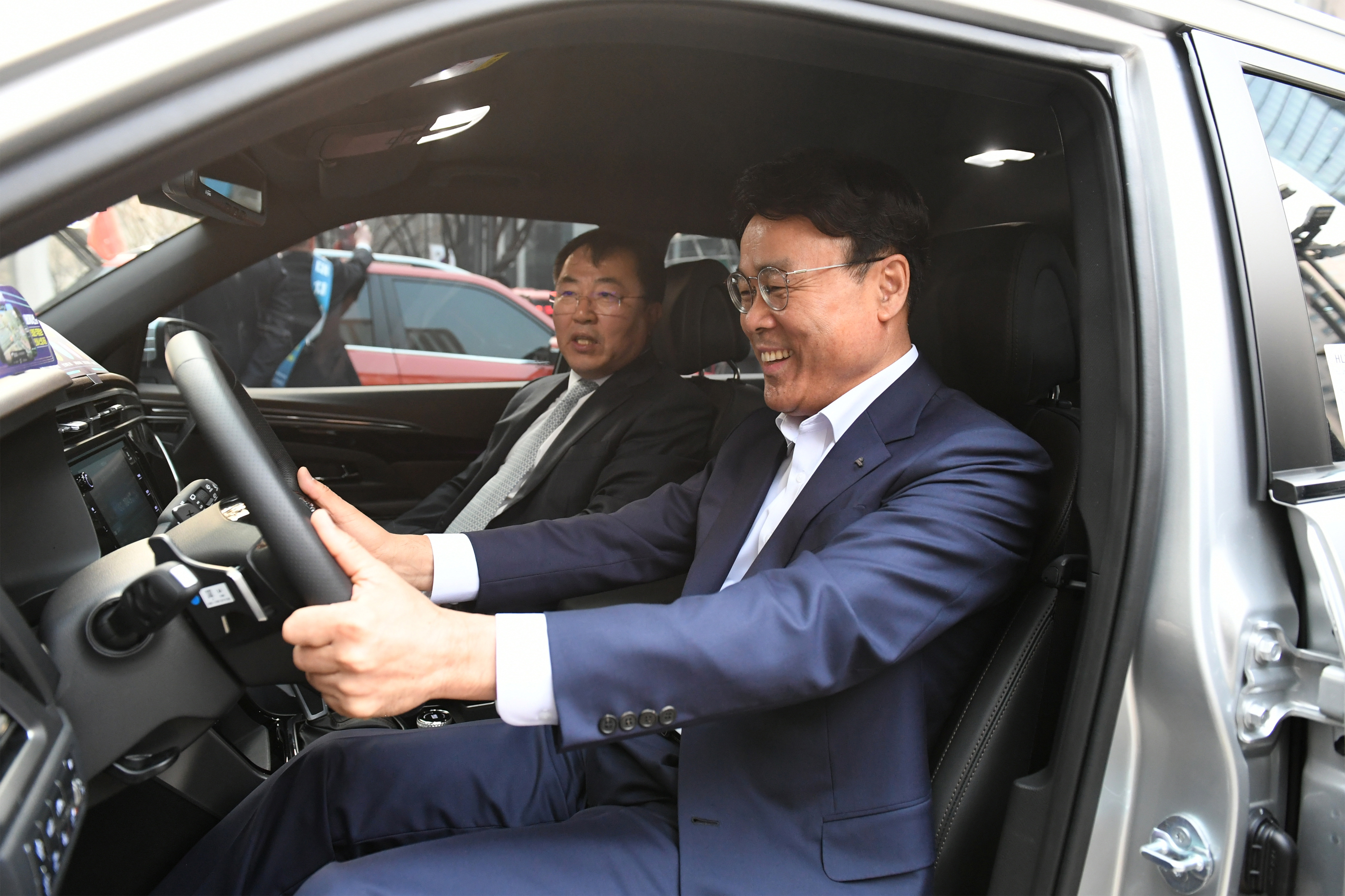 POSCO CEO Jeong-Woo Choi at the test drive event of SsangYong's VIEWtiful Korando, together with the automaker's Vice President Byung-Tae Yea