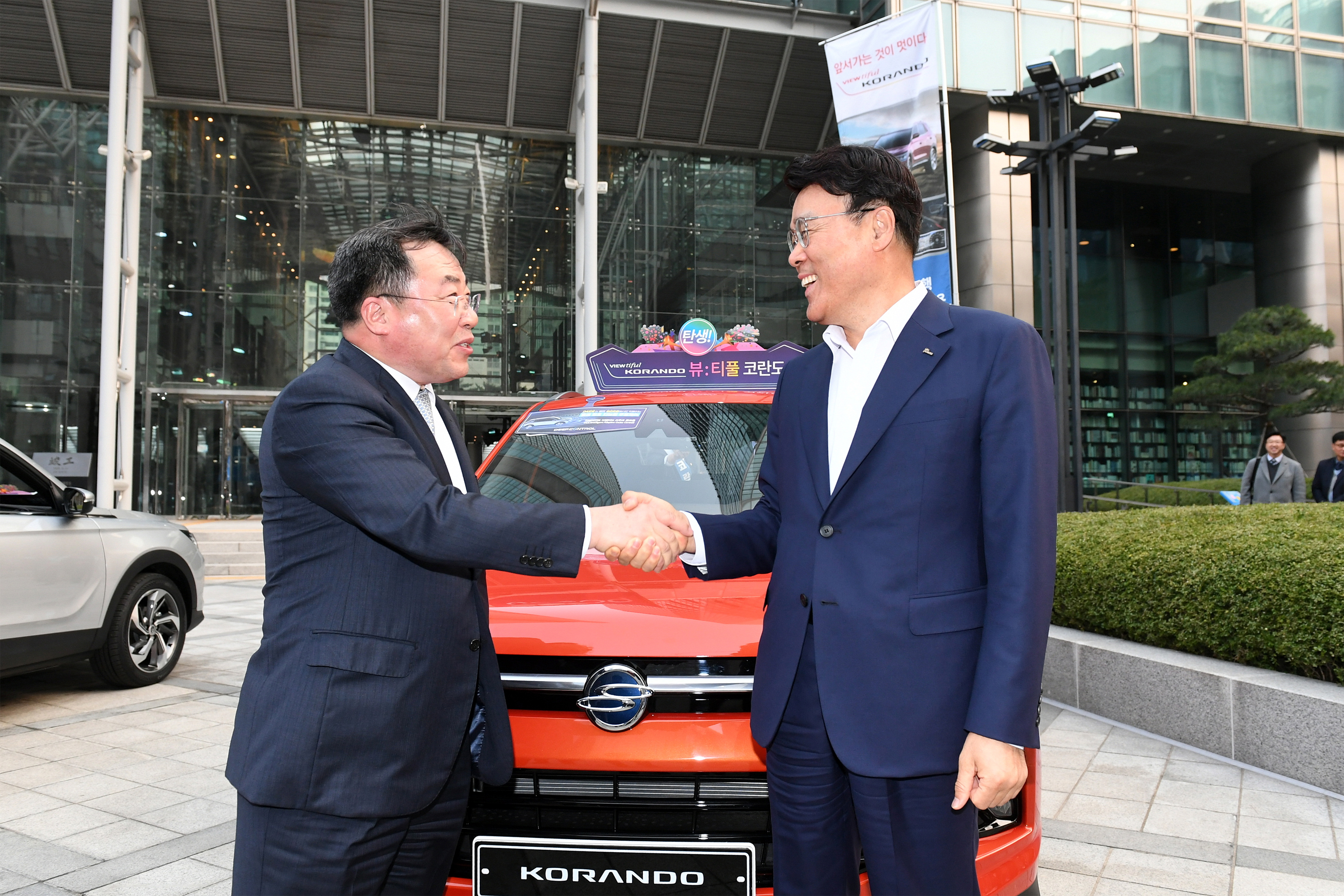 CEO Jeong-Woo Choi (right) shaking hands with the SsangYong Vice President Byung-Tae Yea (left)