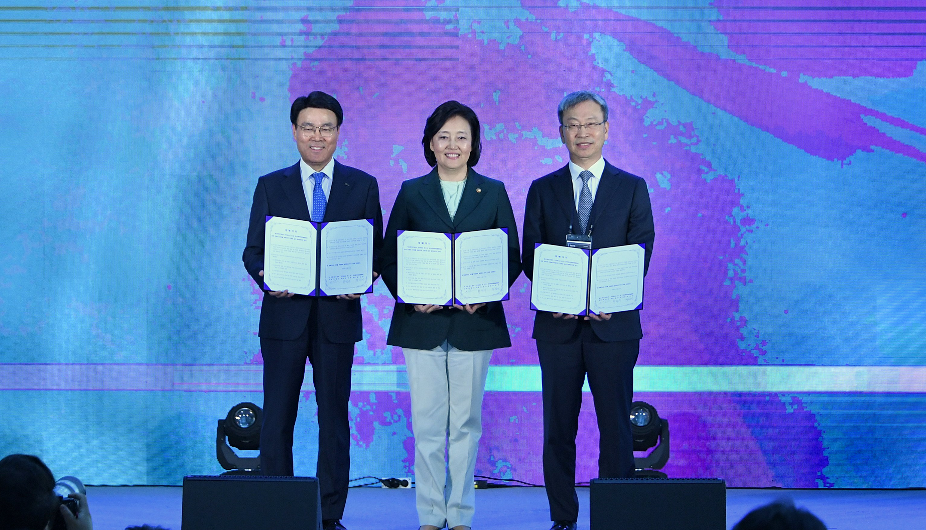 17th Idea Market Place event at POSCO Center in Seoul where POSCO announced its ambitious plan, scaled at 1-trillion KRW, to support aspiring startups. POSCO CEO Jeong-Woo Choi, left, holds an agreement with the MSS Minister Young-Sun Park, center, and KVCA Chairman Sung-In Chung