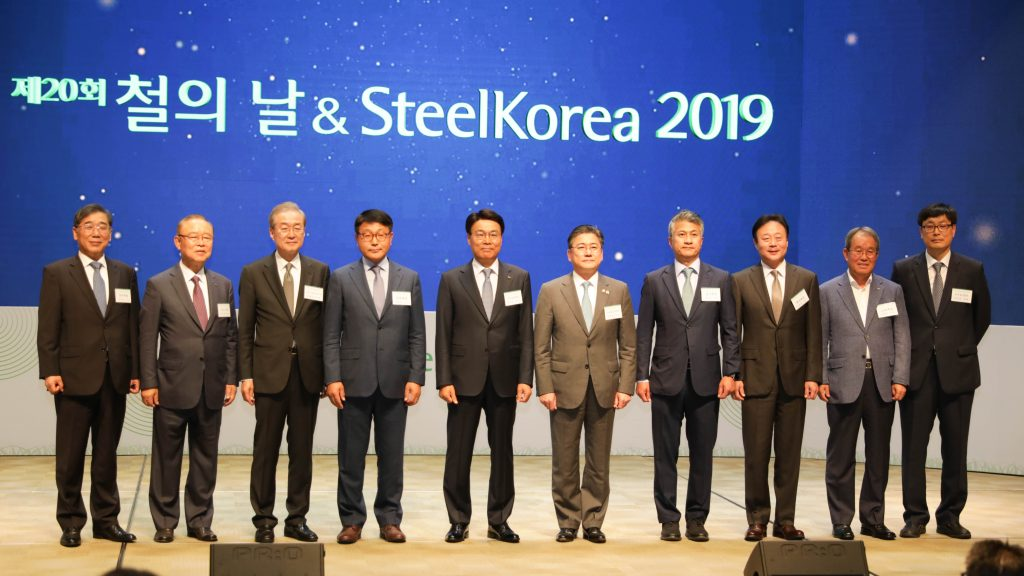 ▲ POSCO CEO Jeong-Woo Choi (fifth from the left) who also holds the Chairmanship of KOSA is pictured here along with the key industry stakeholders who attended the event. Seung-Il Cheong, the Vice Minister of the MOTIE was also present – pictured here on CEO Jeong-Woo Choi's left)