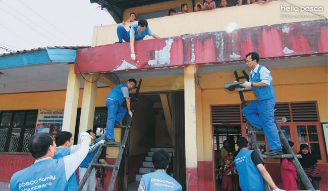 크라카타우포스코 직원들이 제철소 인근 초등학교에서 환경개선활동을 펼치는 모습