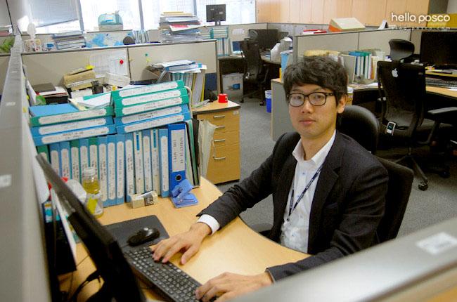 김병윤 사원의 사무실 안에서의 모습