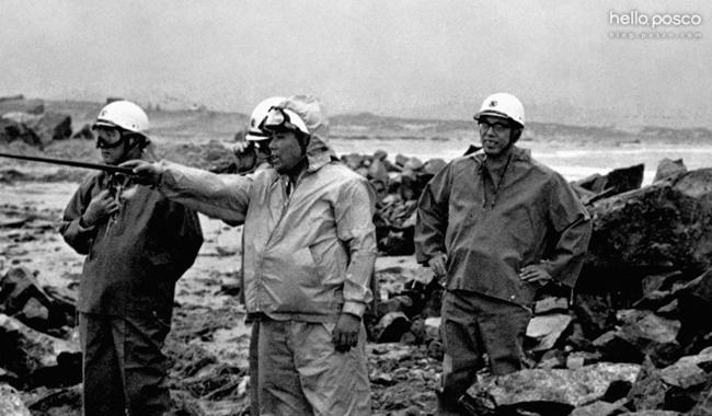 △ 포항제철소 건립당시 직원들 사진