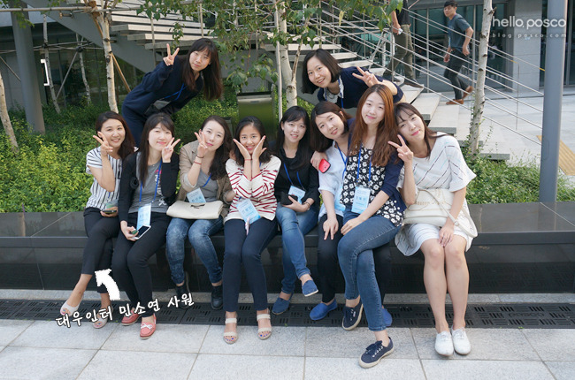 인턴 사원들과의 사진에서 제일 왼쪽에 앉아 있는 민소연 사원의 모습
