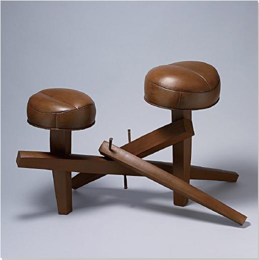 <의자의 진화>  철을 수만 번 두드려 가죽(의자)과 나무(다리)처럼 보이도록 만든 작품.