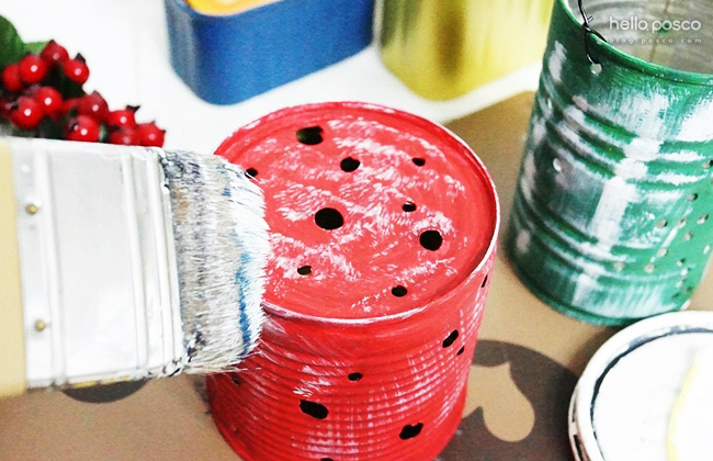 흰색 아크릴물감이나 페인트를 붓 끝에 살짝 묻힌 후, 캔을 살살 쓸어주면 눈이 묻은 듯한 느낌을 낼 수 있어요