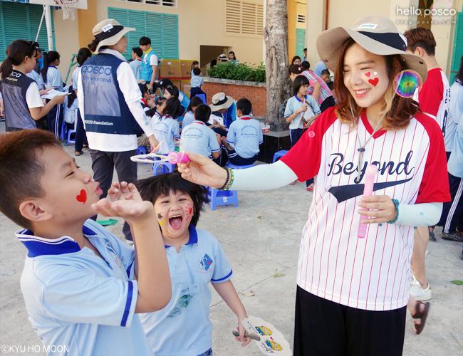 아이들과 놀아주는 봉사단원