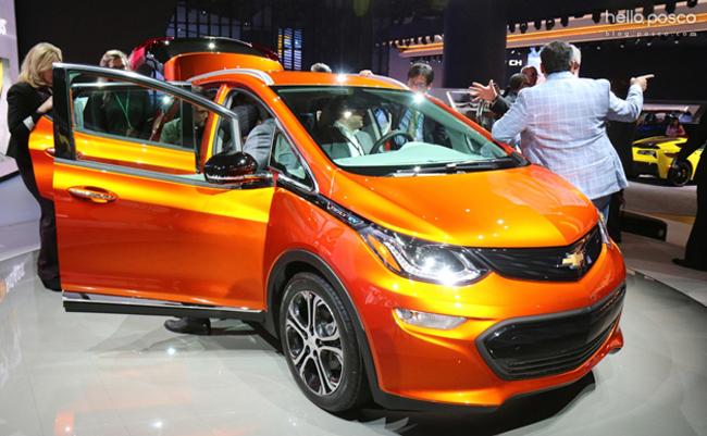 △GM 社에서 전기차 대중화 신차인 'Bolt EV'를 파격적인 가격에 선보여 많은 이들이 모터쇼 현장에서 관심을 보였다.