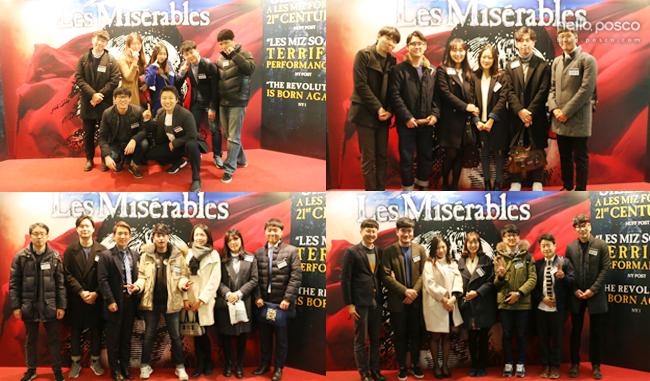 뮤지컬 <레 미제라블> 포토존에서의 직원들 모습