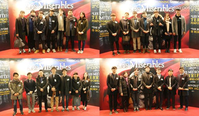 뮤지컬 <레 미제라블> 포토존에 서있는 직원들 모습