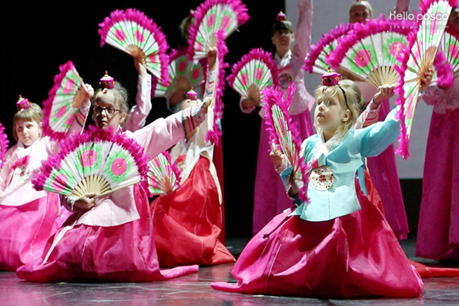 부채춤을 추는 폴란드 학생들