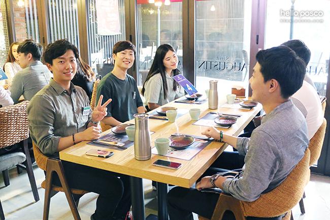 화기애애한 분위기를 자랑한 이상각 멘토 테이블 / 이상각 주니어매니저(가장 왼쪽)와 신입사원