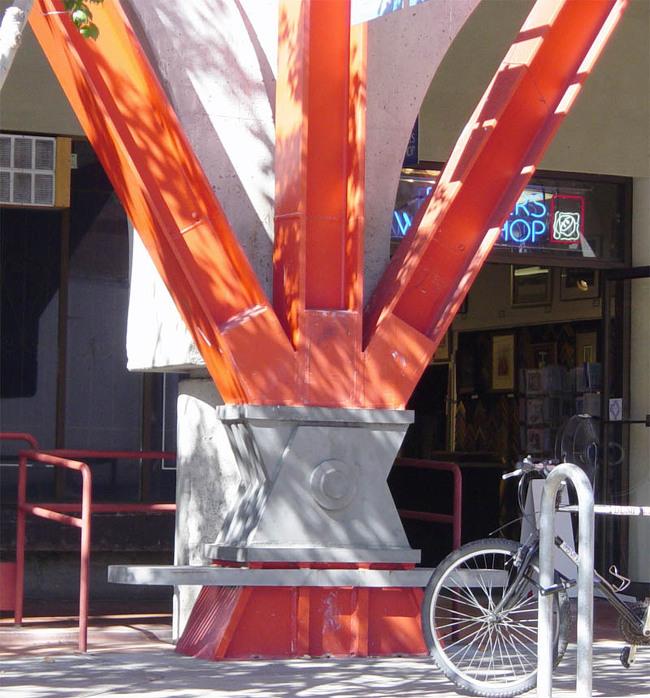 버클리 주차장 철근 콘크리트 건축물의 외부 가새(기둥의 상부와 하부를 대각선으로 잇는 경사재) 보강