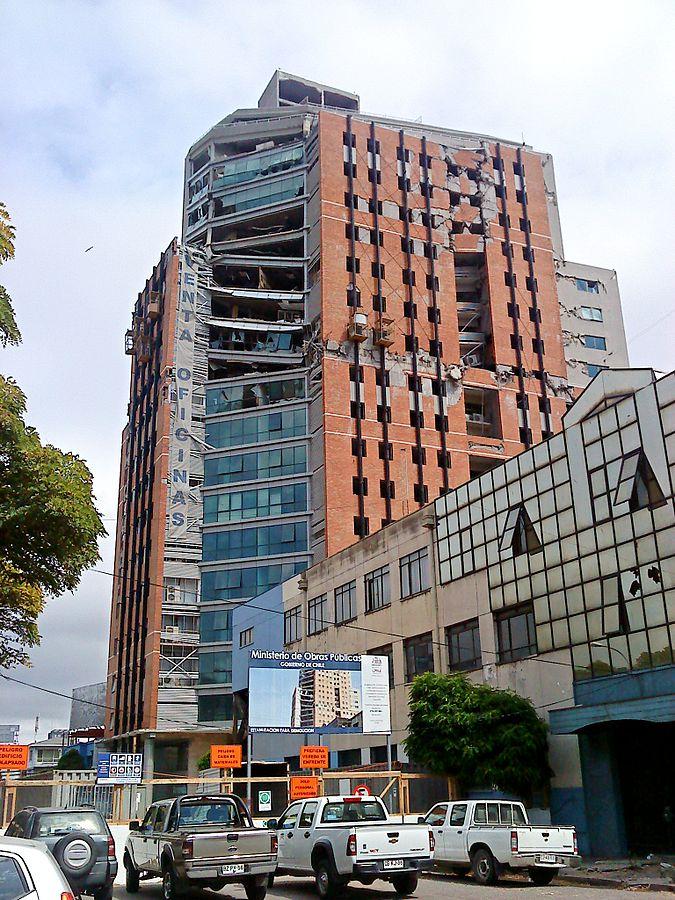 2010년 칠레 지진(규모 8.8)으로 일부가 붕괴된21층 규모의 오히긴스 타워