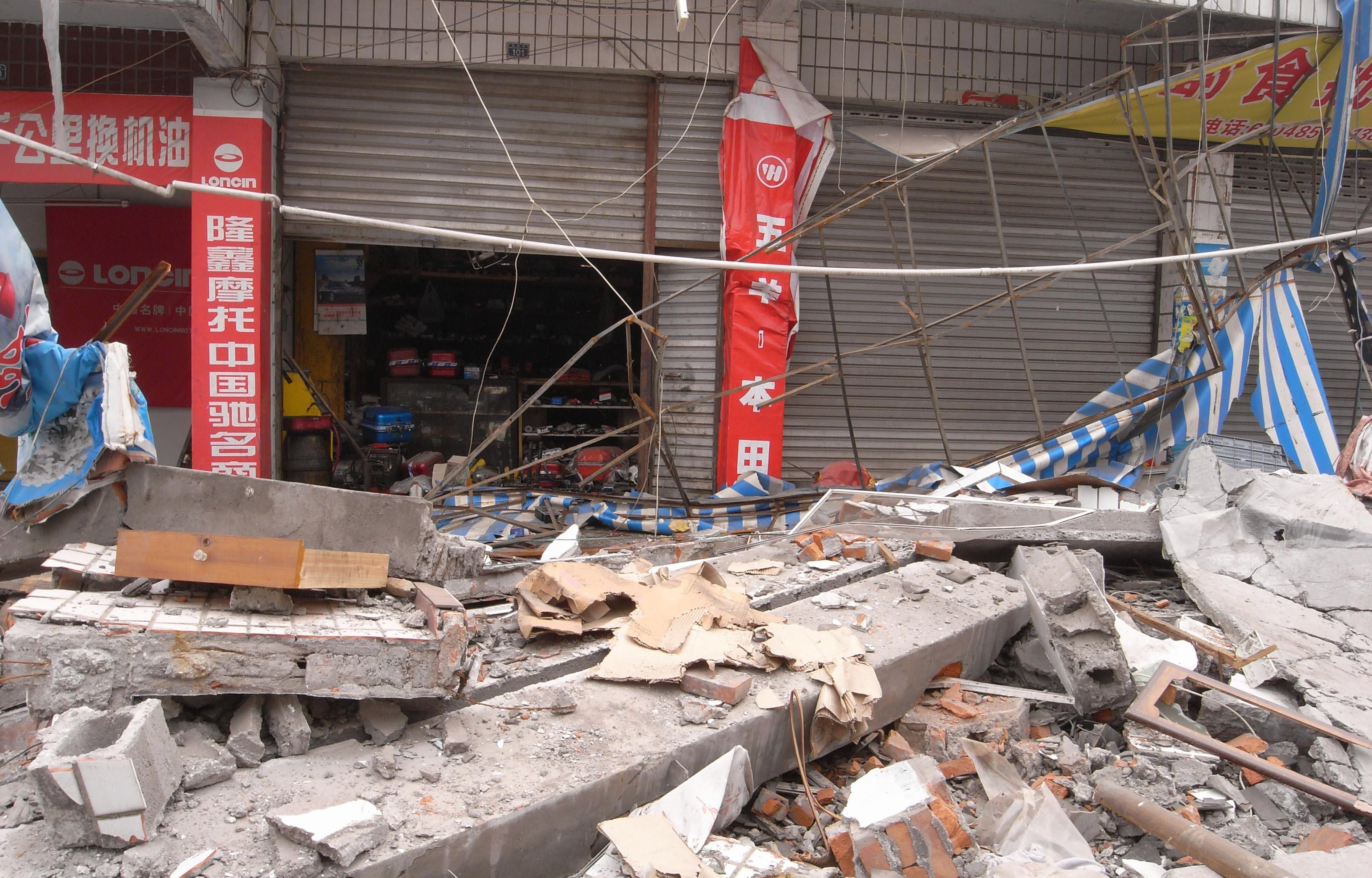 2008년 쓰촨성 지진(규모 8.0)에 의해 부서진 마을의 모습