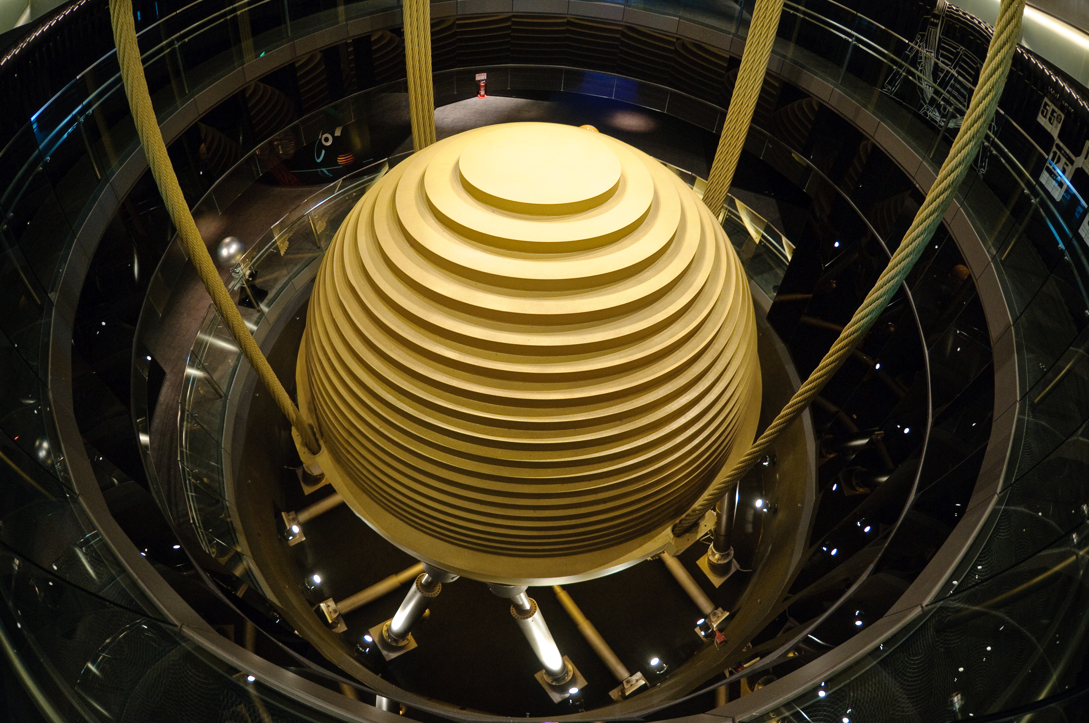 고층부의 흔들림을 제어하는 타이페이 101의 동조질량댐퍼 강철공(댐퍼)은 타이페이 101의 최대 진동치를1/3 이상 줄여주며, 직경 5.5 m, 중량 660톤으로 세계 최대이다.