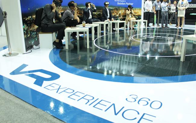 posco the Great VR EXPERIENCE 360 360VR을 체험해보는 참여자들