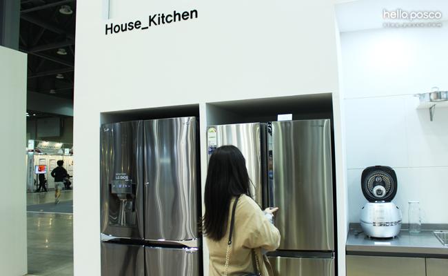 House_Kitchen 여성이 냉장고 2대와 밥솥을 보고있다.