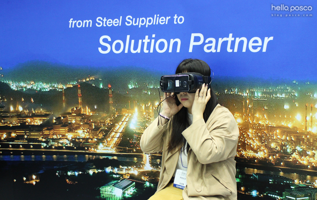 from Steel Supplier to Solution Partner  참여자가 VR을 하고있는 모습