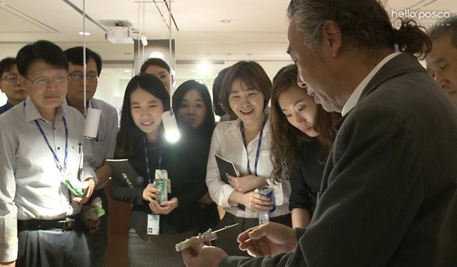 박종군 장인이 만남의 시간을 함께 한 포스코그룹 직원들에게 장도를 직접 보여주며 설명하고 있다.