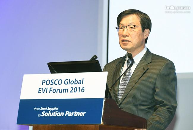 권오준 회장이 11월 1일 인천 송도 컨벤시아에서 열린 글로벌 EVI 포럼에서 미래의 솔루션마케팅 방향에 대해 연설하는 모습 posco Global EVI Forum 2016 from Steel Supplier to Solution Partner