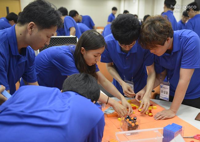 포스코 직원들이 레고를 통해 수익구조 혁신활동을 체험하고 있는 모습