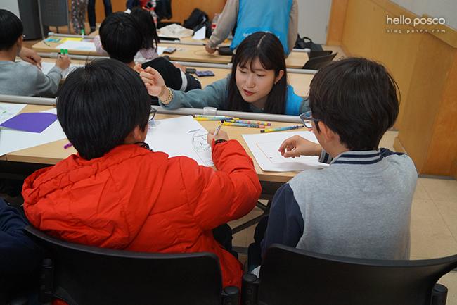 아이들이 다양한 활동에 참여중이다.