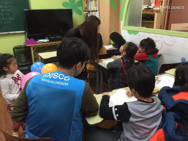 퀴즈, 그림 그리기 등 놀이에 열심히 따라와주는 고마운 아이들