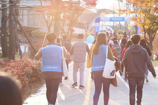 마라톤에 참가한 단원들의 모습