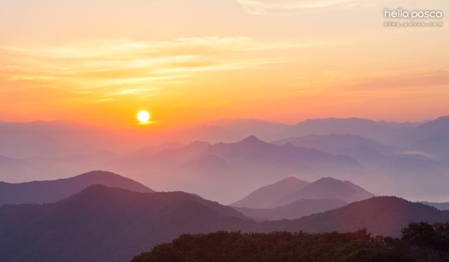 산맥들 사이에서 해가 붉은해가 떠오르는 사진 hello.posco blog.posco.com