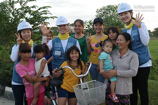 베트남 사람들과 단체사진