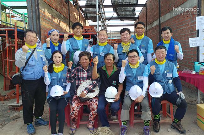 봉사단원들과 베트남 사람들