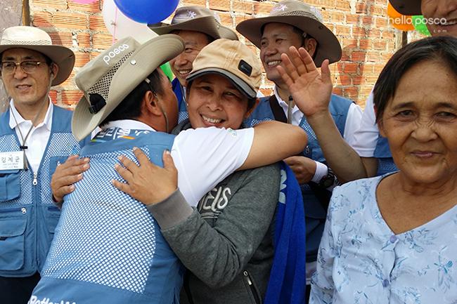 베트남 주민들과 포옹을 하고있다.