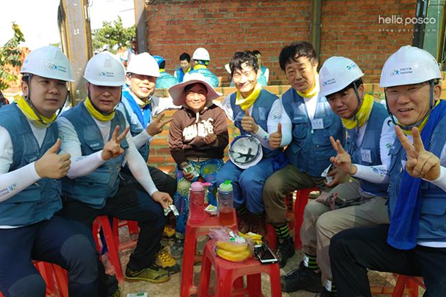 간식을 먹으며 찍은 봉사단원들의 사진