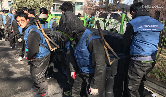 삽질을 하는 포스코 봉사활동 단원들