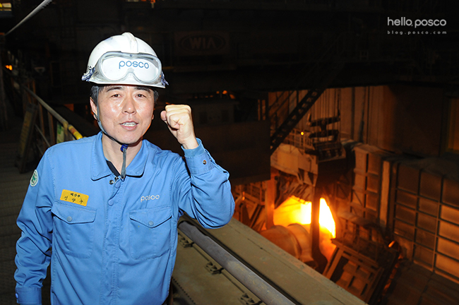 광양제철소 예비처리공장에서 용강 크레인 운전을 담당하고 있는 신양수 님이 화이팅을 하고 있는 모습