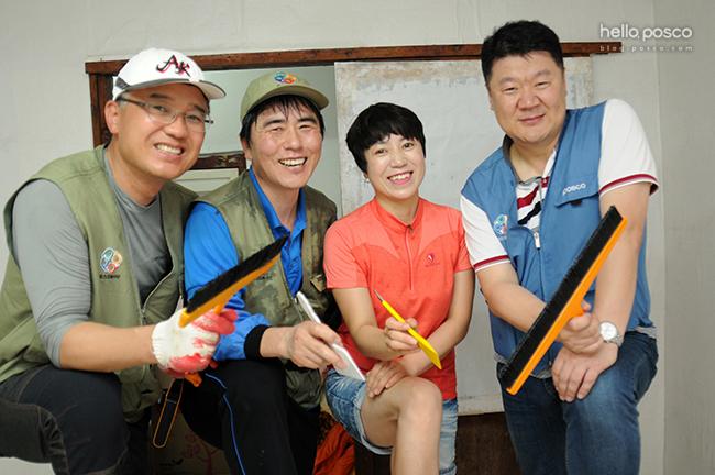 같이 도배 봉사활동을 하는 사람들과 찍은 사진
