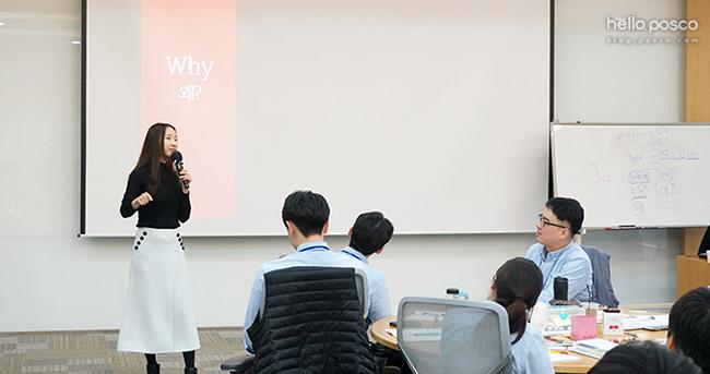 '기획의 정석' 저자인 박신영 강사님이 효율적 업무에 필요한 기획력에 대한 강의를 하고 있는 모습