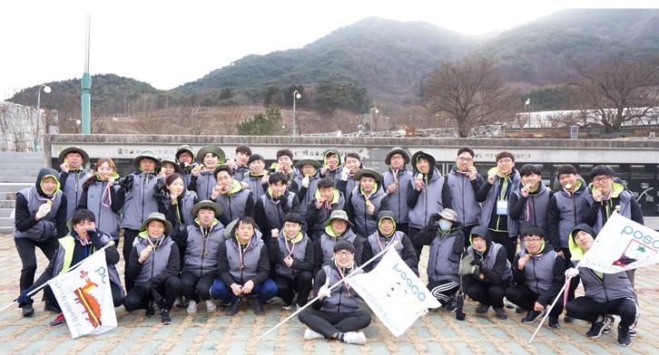 완주 기념 메달을 목에 매고 구국의 길 프로그램 마무리 단체 사진