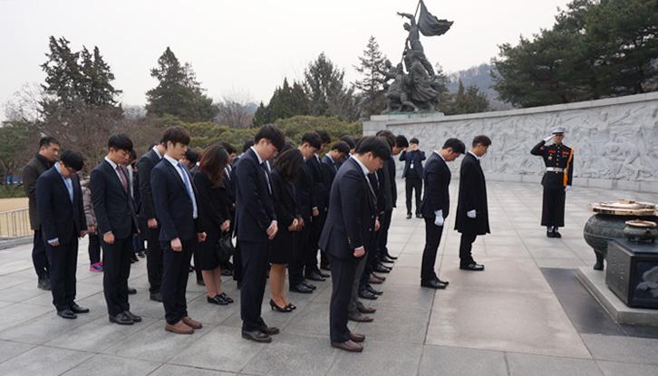 국립 현충원에서 순국선열과 호국영령에 대해 참배하는 모습