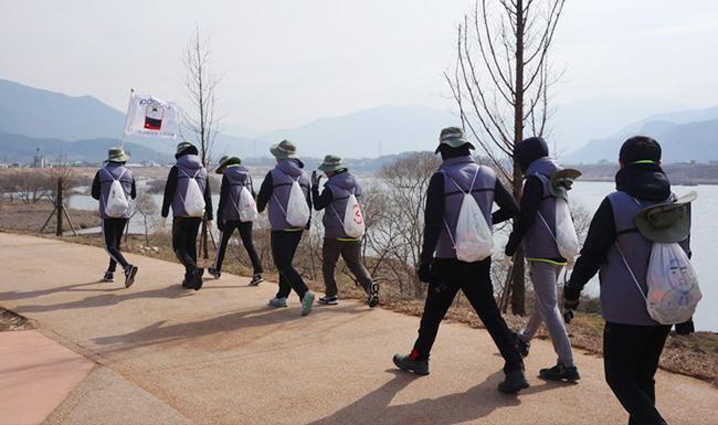 25km의 행군을 하는 사원들의 모습
